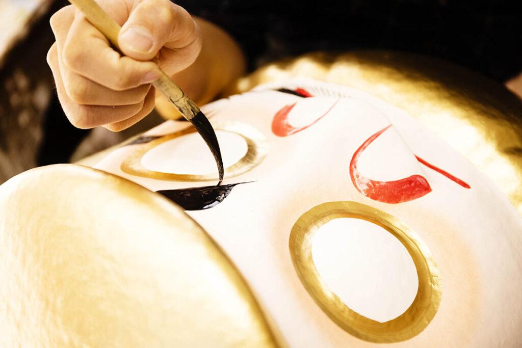 だるまを塗る職人さんの手元を撮影した写真